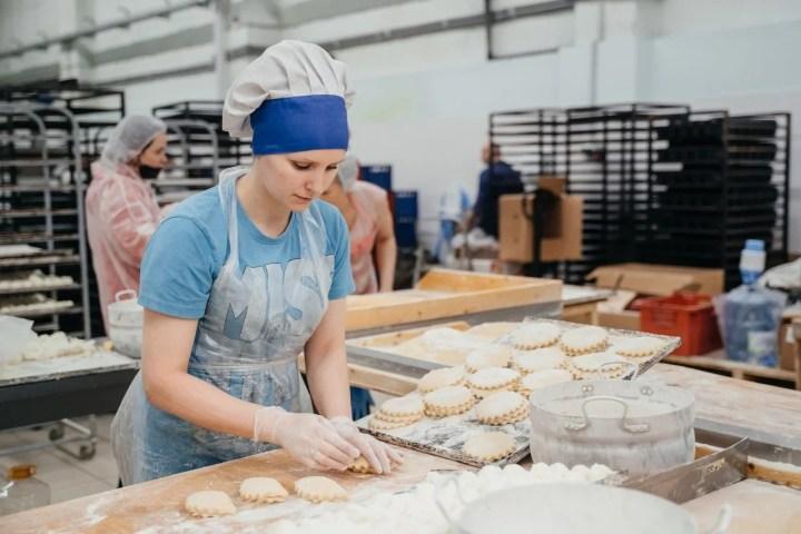 Девушка делает пирожки