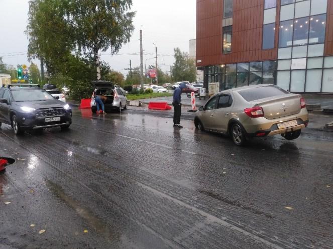 В Петрозаводске три авто провалились в люк