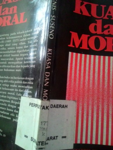 Salah satu buku koleksi perpustakaan Nagari Kelurahan, Kampung Jawa, Solok
