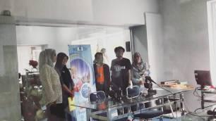 Wawancara interaktif di RRI Padang, dalam rangkaian roadshow Apresiasi Film Indonesia 2016 di Padang. (foto: Tiara Sasmita)