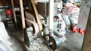 Mesin untuk memasukan padi ke gilingan sebelum menjadi beras