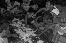 Makan bajamba (makan sepiring bersama), setelah goro di Gang Rambutan. Foto: Koleksi Pak Irwin, 2017