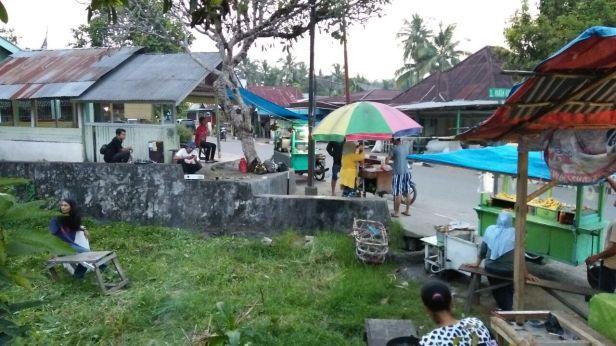 Suasana persiapan nonton di Simpang Kamboja, Kampuang Jawa, Kota Solok.