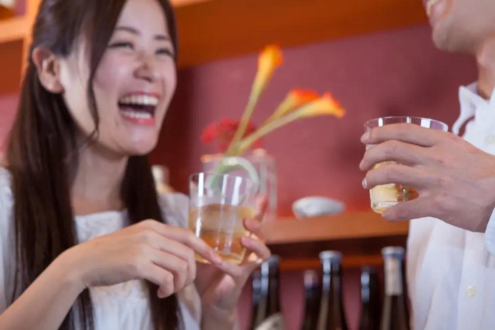 リラックスとストレス解消のためにお酒を飲んでいる女性