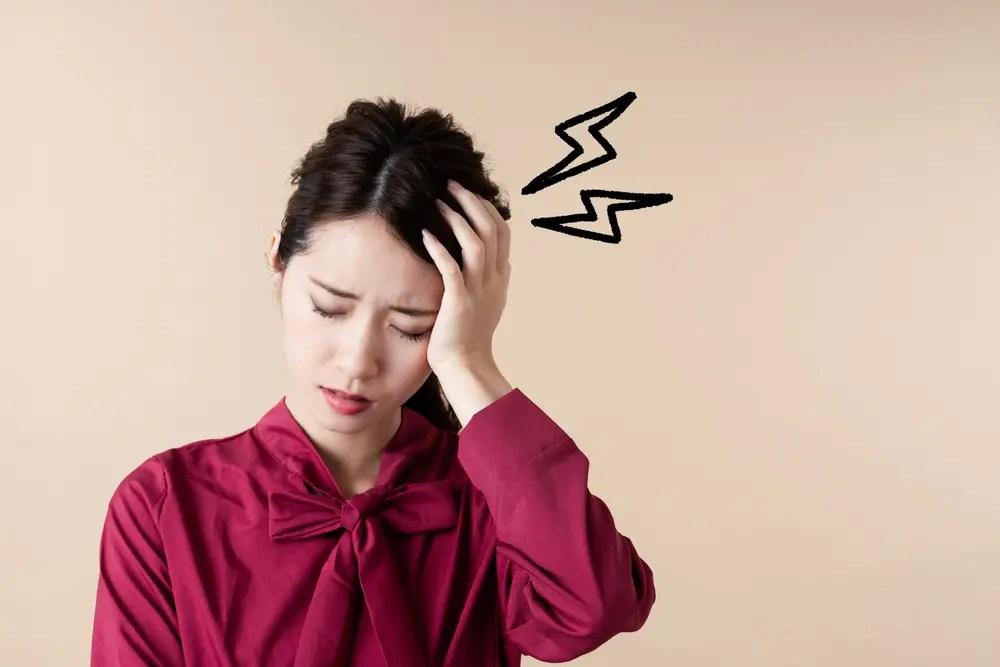 ストレスで頭痛がして困っている女性