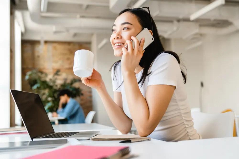 リモートワークのストレス対策で同僚と話してリラックスしている女性