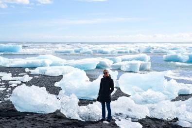 Potete camminare tra gli iceberg sulla spiaggia