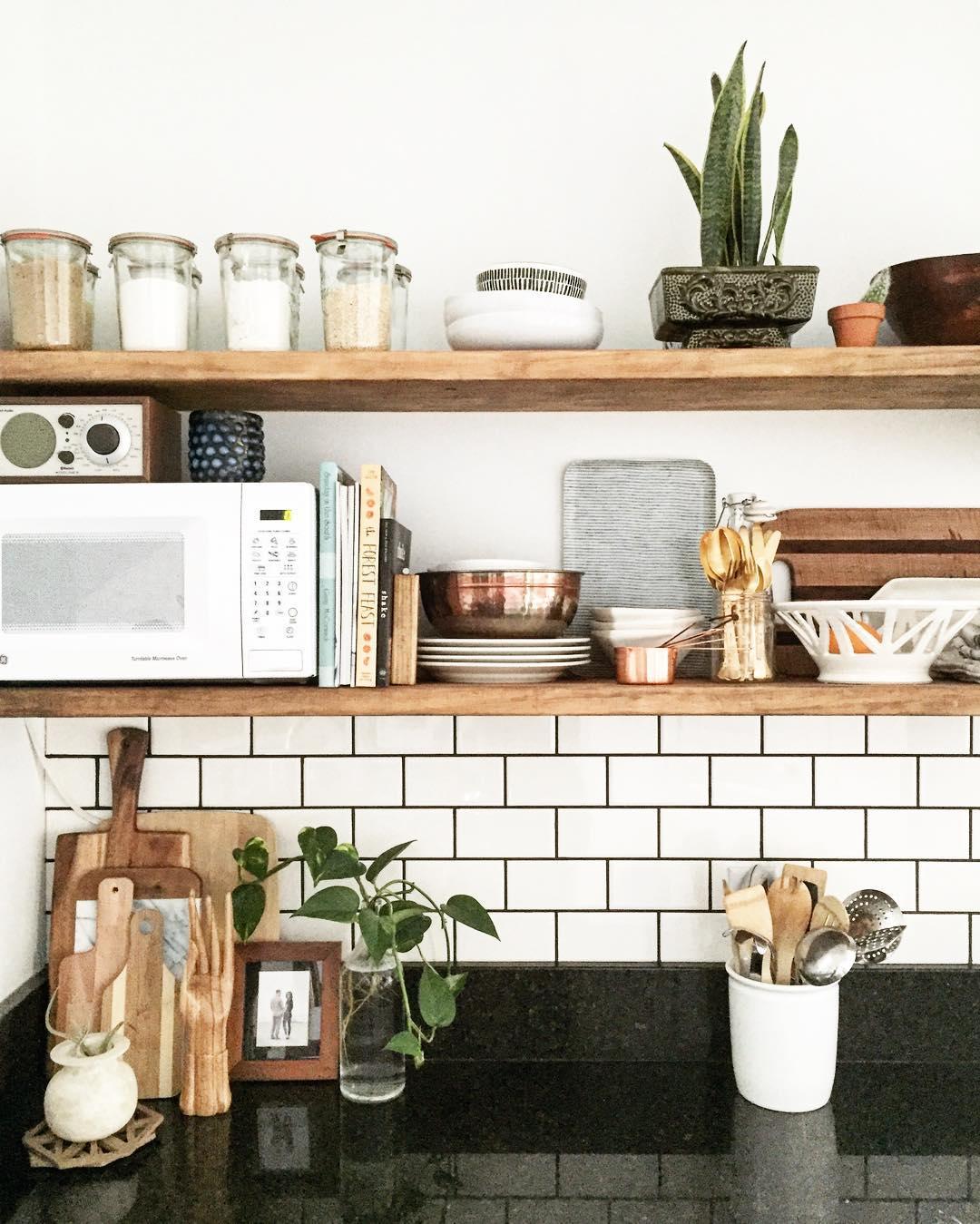 Allora è necessario capire quali sono gli oggetti che vorremmo posizionare sopra gli scaffali. Niente Pensili Mensole In Cucina Tutto Quello Che C E Da Sapere