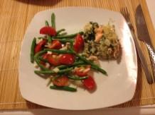 Lakselasagne med salat af grønne bønner, tomat, løg, hvidvinseddike og peber