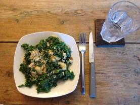 Hurtig sund mad, lavet med grønkål.