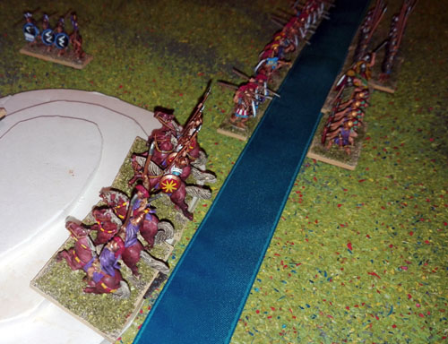 La cavalerie Seleucide à traversé la rivière en crue et  tente de prendre position sur une colline