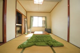 約9畳の広々としたお部屋です 약 9조의 넓은 객실입니다 是个14.5.平方米左右的房间 The room is very spacious, about 16 sq.m (9 tatami mats) Les chambres sont très spacieuses, dans les 16m² (9 tatamis) 寬廣的房間,約9個塌塌米空間。