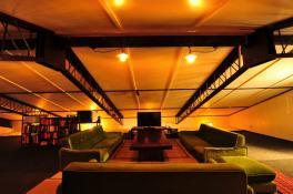 和風レトロ系で統一されたラウンジ。100m2の広さがあります。24時間利用可能。 일본식 레트로계로 이루어진 라운지. 100m2의 넓이입니다. 24시간 이용 가능하므로 언제든 오셔서 즐겨주세요. 复古的日式休息室。有100m2。24小时开放。 Traditional Japanese style lounge. 100sq.m (1200sq.ft). Open 24 hours. Salon dans le style traditionnel japonais. 100m². ouvert 24/24. 復古和風式的交誼廳,100平方公尺寬廣的空間,24小時開放使用。