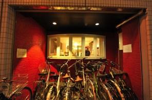 建物正面には駐輪スペースがあります。 건물 정면에는 자전거 주차 공간이 마련되어 있습니다. 賓館前面有停車場 Bicycle parking space in front of the building. Parking à vélo devant le bâtiment. 建築物前方設有停腳踏車的空間