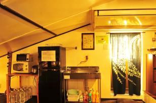 ラウンジには大型エアコンを設置。夏でも冬でも快適。シンクもあります。 라운지에는 대형 에어컨을 설치되어 있어 여름에도 겨울에도 편안합니다. 싱크대도 있습니다. 屋頂休息室有大型空調。不論冬夏都很舒適。也有自來水。 The lounge is equipped with a large air conditioner, very comfortable whether it's summer or winter. There is also a sink. Le salon est équipé d'un grand conditionneur d'air (climatisation + chauffage), très confortable en été comme en hiver. Il y a aussi un évier. 交誼廳備有大型空調,冬暖夏涼,也備有自來水,洗手台。