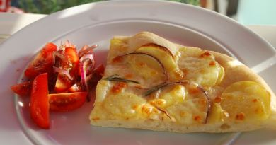 Du kan lave denne lækre og klassiske pizza bianca med kartoffel, rødløg og rosmarin. Helt enkelt, men meget smagfuldt. Foto: Guffeliguf.dk
