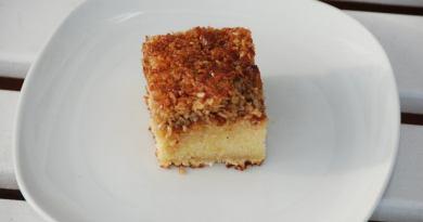 Her er opskriften på den bedste drømmekage, som jeg har bagt med lidt lys sirup og selvfølgelig en lækker topping med masser af kokos. Foto: Guffeliguf.dk.