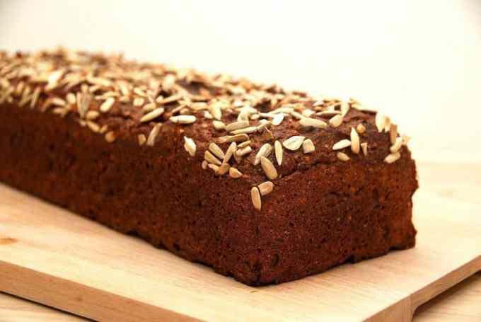Lækkert rugbrød med solsikkekerner, der er bagt uden surdej. Men det kan du ikke smage. Foto: Guffeliguf.dk.