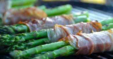 Grillede asparges omviklet med parmaskinke er nemt og lækkert tilbehør til blandt andet oksekød og grillkoteletter. Foto: Guffeliguf.dk.