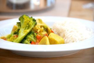 Kylling i karrysovs serveres med løse ris. Der er masser af grøntsager i retten, og derfor er det ikke nødvendigt med yderligere tilbehør. Foto: Guffeliguf.dk.