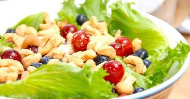 Flot og lækker salat med cashewnødder, der også har fået selskab af stenfrie vindruer og blåbær. Foto: Guffeliguf.dk.
