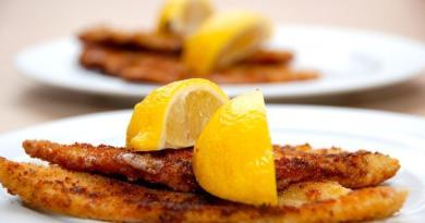 Pandestegte rødspætter med citron. Rødspættefileterne steges 2-3 minutter på hver side, og serveres med en citronbåd. Foto: Guffeliguf.dk.