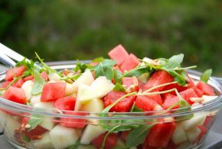 En sund og dejlig frisk salat med vandmelon, hvor der også er galiamelon, ristede pinjekerner og galiamelon i salaten. Foto: Guffeliguf.dk.