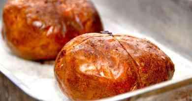 Sådan ser de bedste bagekartofler ud efter en god tur i ovnen. Smør bagekartoflerne med olie, og bag dem i en time uden sølvpapir. Foto: Guffeliguf.dk.