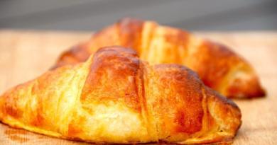 Hvem elsker ikke sådan en sprød og lækker croissant med Nutella, der næsten lige er kommet ud af ovnen. Croissanter passer godt til en kop morgenkaffe, og de er slet ikke så svære at bage selv. Foto: Guffeliguf.dk.