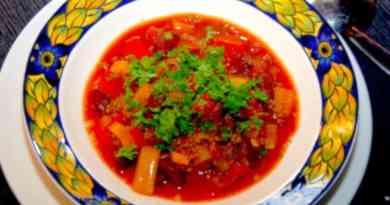 Det her er simpelthen en af de bedste opskrifter på en rustik chili con carne, der smager helt fantastisk godt. Den giver varmen og mætter godt. Pynt din chili con carne med friskhakket persille. Foto: Guffeliguf.dk.