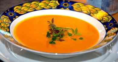Skøn og dejlig suppe med græskar (græskarsuppe), der også er lavet med lidt persillerod og sambal oelek. Foto: Guffeliguf.dk.