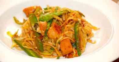 Ægnudler med kylling er en hurtig og dejlig ret til wok eller pande. Du kan selv komme andre grøntsager i, men her er der blandt andet brugt sukkerærter, forårsløg og spidskål. Foto: Guffeliguf.dk.