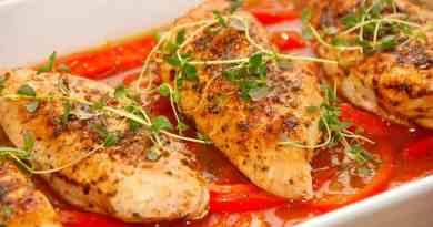 Virkelig saftig kylling med rød peberfrugtsauce, der laves med peberfrugt, skalotteløg og en hønsefond. Foto: Guffeliguf.dk.