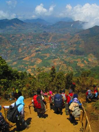 Antrian pendaki Gunung Prau yang ingin turun