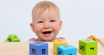 baby-spielt-kloetzchen-l