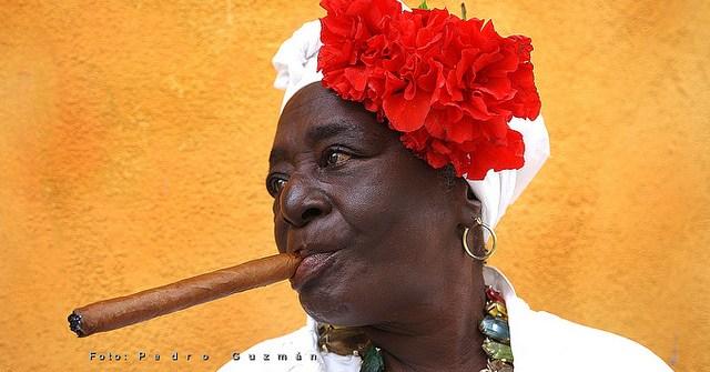 Cubana con habano en la habana