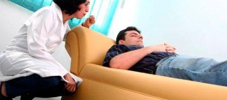 homem deitado em divã em sessão de programação neuro linguistica
