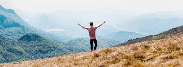 home em liberdade em montanhas