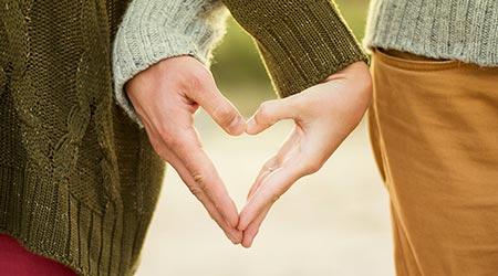 mãos formando coração em relacionamento evolutivo