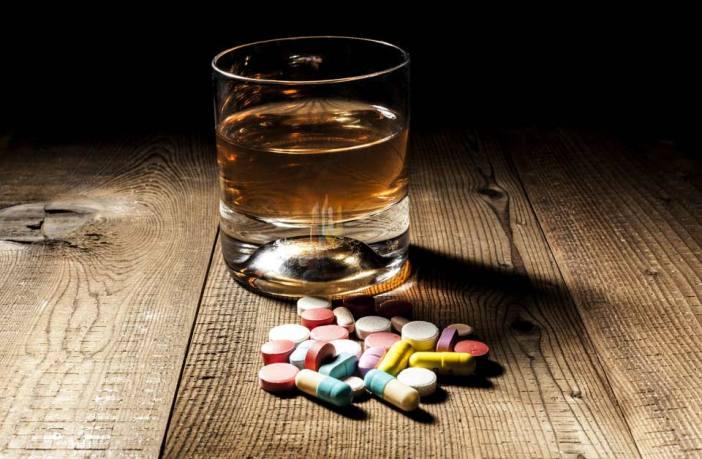 Álcool-e-remédio-é-proibido-?-Conheça-todos-os-riscos-envolvidos