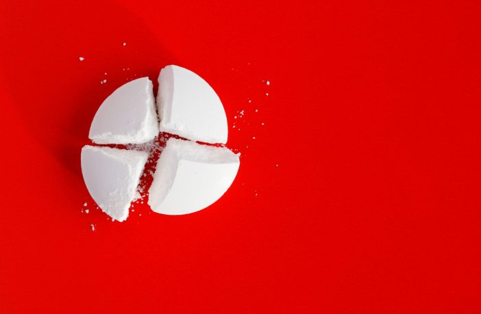 cortar-comprimidos-ao-meio-pode-trazer-serios-riscos-a-saude