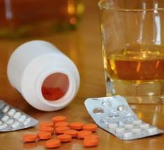 Nove informações sobre a mistura de álcool e medicamentos que todo folião deveria saber