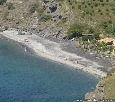 Playa Cabria, acceso de vehículos, ducha, cubos de basura y 2 chiringuitos.