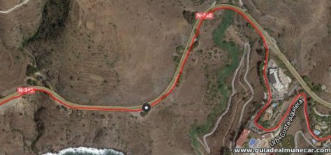 Costa Aguilera y arcén de carretera nacional en Salobreña.