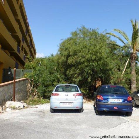 Mirando al frente del Hotel sobre la izquierda está el acceso o salida del sendero.