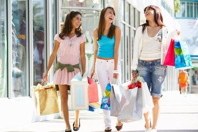 gente-comprando-feliz