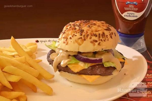 Churrasco Burger Cheese Salad: Hambúrguer de 150g Angus, grelhado no fogo, temperado apenas com sal grosso, com queijo cheddar, alface americana e cebola roxa com molho defumado de churrasco no pão com crosta de parmesão. Acompanha fritas e uma bebida. - R$ 29,90 - SP Burger Fest