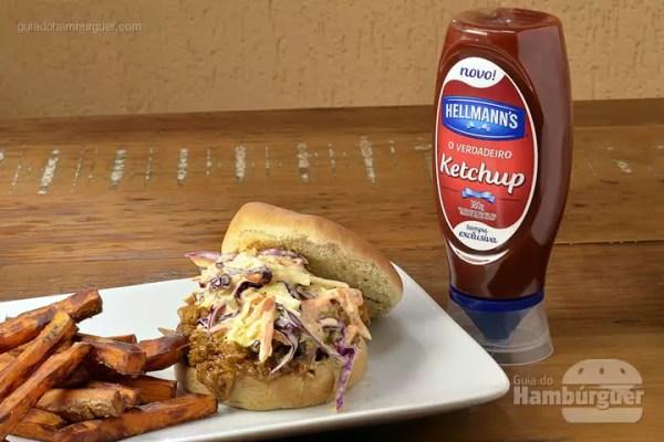 Piggyback Burger: Hambúrguer de paleta suína assado por 5 horas e desfiado, com coleslaw e molho barbecue servido no pão de batata. Acompanha fritas rústicas de batata doce. - R$ 31 - SP Burger Fest