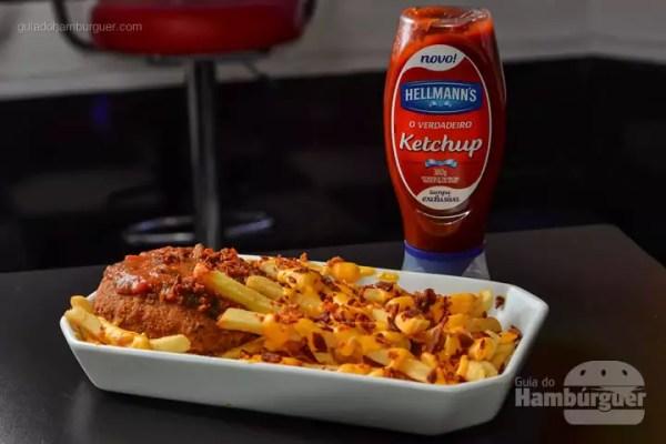 Avalanche: Hambúrguer de 100g de carne bovina (patinho), tomate, cebola e queijo muçarela empanado e frito, coberto com molho de tomate agridoce, por cima de 250g de batata frita coberta com cheddar cremoso e bacon em cubos. - R$ 34,90 - SP Burger Fest