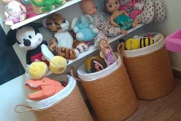 Canasto para juguetes con galón de agua reciclado.